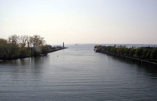 Buffalo River (New York) where it empties into Lake Erie. Buffalo Coast Guard Station is on the left, including Buffalo (main) Light. (Photo credit: Wikipedia)